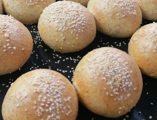Panini al sesamo con farina primitiva e miele.